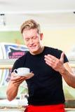 Σερβιτόρος που εργάζεται στον καφέ παγωτού Στοκ εικόνα με δικαίωμα ελεύθερης χρήσης