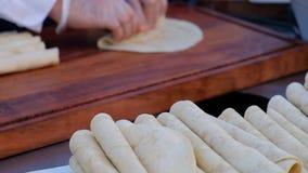 Σερβιτόρος που μαγειρεύει το μεξικάνικο burrito Ο σερβιτόρος δίνει το burrito τυλίγματος συμπληρώνοντας tortilla φιλμ μικρού μήκους