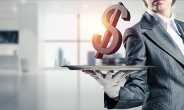 Σερβιτόρος που παρουσιάζει το σύμβολο δολαρίων στο δίσκο Στοκ φωτογραφία με δικαίωμα ελεύθερης χρήσης