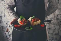 Σερβιτόρος που προσφέρει το εύγευστο πιάτο εστιατορίων Στοκ Εικόνες