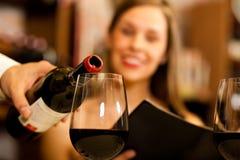 Χύνοντας κρασί σερβιτόρων Στοκ εικόνες με δικαίωμα ελεύθερης χρήσης