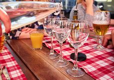 Σερβιτόρος που χύνει το μεταλλικό νερό από το μπουκάλι γυαλιού σε ένα γυαλί Στοκ φωτογραφίες με δικαίωμα ελεύθερης χρήσης