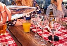 Σερβιτόρος που χύνει το μεταλλικό νερό από το μπουκάλι γυαλιού σε ένα γυαλί Στοκ φωτογραφία με δικαίωμα ελεύθερης χρήσης