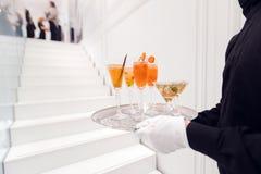 Σερβιτόρος συγκομιδών με τα ποτά στο δίσκο Στοκ φωτογραφία με δικαίωμα ελεύθερης χρήσης