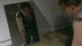 Σερνμένος εξαρτημένος και καθρέφτης κατά τη διάρκεια της απόσυρσης απόθεμα βίντεο