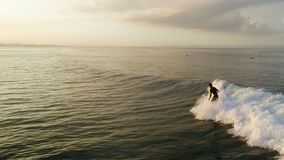 Σερφ: Άτομο Surfer που οδηγά στα μπλε κύματα σε αργή κίνηση φιλμ μικρού μήκους