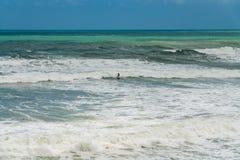 Σερφ στα τραχιά νερά στοκ φωτογραφία με δικαίωμα ελεύθερης χρήσης