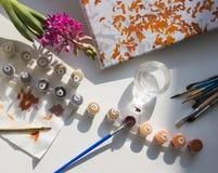 Σε έναν άσπρο πίνακα οι βούρτσες και ο καμβάς σχεδιάζονται για το σχέδιο Στοκ φωτογραφία με δικαίωμα ελεύθερης χρήσης