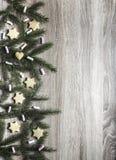 Σε έναν ευθεία ξύλινο πίνακα είναι κομψά κλάδοι και marshmallows, μπισκότα πιπεροριζών υπό μορφή αστερίσκων και μια καρδιά Στοκ εικόνα με δικαίωμα ελεύθερης χρήσης