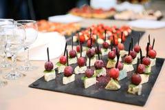 Σε έναν μπεζ πίνακα, τα ποτήρια του μπλε τυριού με τη μέντα και τις ελιές επάνω Στοκ φωτογραφία με δικαίωμα ελεύθερης χρήσης
