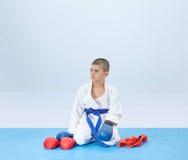 Σε έναν μπλε αθλητή χαλιών κοντά στη karate εξάρτηση Στοκ φωτογραφία με δικαίωμα ελεύθερης χρήσης