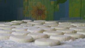 Σε έναν πίνακα τα ημιτελή προϊόντα βρίσκονται Άνωθεν χύστε το αλεύρι κλείστε επάνω φιλμ μικρού μήκους