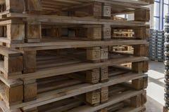Σε έναν σωρό των ξύλινων παλετών Στοκ φωτογραφία με δικαίωμα ελεύθερης χρήσης