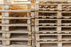 Σε έναν σωρό των ξύλινων παλετών Στοκ εικόνες με δικαίωμα ελεύθερης χρήσης