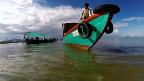 Σε ένα αλιευτικό σκάφος στο νησί κουνελιών, η Καμπότζη που βλέπει τη μύγα αλιεύει και όμορφο τυρκουάζ νερό απόθεμα βίντεο