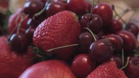 Σε ένα βάζο είναι τα φρούτα για τον πίνακα διακοπών Κινηματογράφηση σε πρώτο πλάνο απόθεμα βίντεο