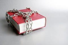Σε ένα γκρίζο υπόβαθρο είναι ένα κόκκινο βιβλίο στοκ εικόνα με δικαίωμα ελεύθερης χρήσης