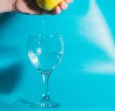 Σε ένα γυαλί των μειωμένων πτώσεων νερού του νερού με τη Apple διαθέσιμη Στοκ εικόνες με δικαίωμα ελεύθερης χρήσης