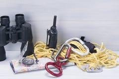 Σε ένα ελαφρύ υπόβαθρο, ένα σύνολο στοιχείων για τον ταξιδιώτη, τις διόπτρες, carabiner, την πυξίδα, το χάρτη, walkie-talkie και  στοκ φωτογραφίες με δικαίωμα ελεύθερης χρήσης