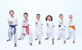 Σε ένα ελαφρύ υπόβαθρο έξι βραχίονας διατρήσεων ήττας karateka Στοκ Εικόνες