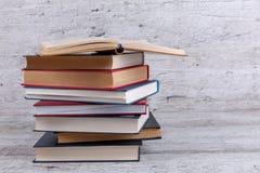 Σε ένα ξύλινο υπόβαθρο είναι ένας σωρός των βιβλίων foreground στοκ εικόνες