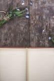 Σε ένα παλαιό ξύλινο υπόβαθρο βρίσκεται ένα παλαιό σημειωματάριο και μια ανθοδέσμη ο στοκ εικόνες