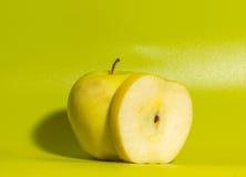 Σε ένα πράσινο υπόβαθρο η κίτρινη Apple, κλείστε επάνω Στοκ εικόνα με δικαίωμα ελεύθερης χρήσης