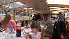 Σε ένα σκάφος οι άνθρωποι κάθονται σε έναν εορταστικό πίνακα απόθεμα βίντεο