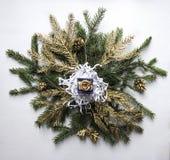 Σε ένα στεφάνι του έλατου οι κλάδοι και οι χρυσοί κλαδίσκοι και οι κώνοι βρίσκονται ένα CH Στοκ φωτογραφία με δικαίωμα ελεύθερης χρήσης