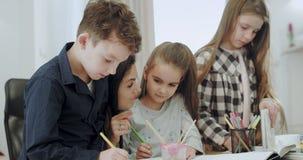 Σε ένα σύγχρονο και ευρύχωρο σπίτι τρία παιδιά με τη μητέρα τους που ξο απόθεμα βίντεο