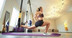 Σε ένα φωτεινό στούντιο της γιόγκας η κυρία συγκέντρωσε την άσκηση του σώματος και των ποδιών τεντώματος χρησιμοποιώντας ένα ειδι απόθεμα βίντεο