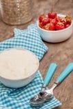 Σε ένα φλυτζάνι του γιαουρτιού και των φρέσκων φραουλών, σε μια μπλε πετσέτα κουταλιών Στοκ Εικόνες