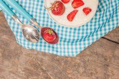 Σε ένα φλυτζάνι του γιαουρτιού και των φρέσκων φραουλών, σε μια μπλε πετσέτα κουταλιών Στοκ Φωτογραφίες