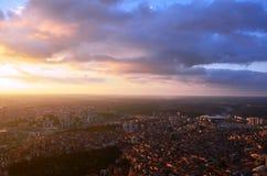 Σε ένα ύψος της ΑΜ 280 στο ηλιοβασίλεμα της Ιστανμπούλ, ο σάπφειρος ήταν στη λεωφόρο εξετάζοντας τις φωτογραφίες Στοκ Φωτογραφία