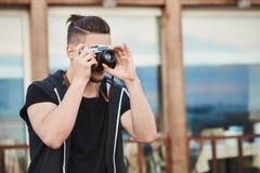 Σε αναζήτηση της καλύτερης γωνίας για να δημιουργήσει το αριστούργημα Πορτρέτο του ονειροπόλου όμορφου καυκάσιου τύπου στην καθιε Στοκ φωτογραφίες με δικαίωμα ελεύθερης χρήσης