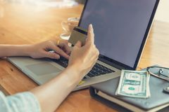 Σε απευθείας σύνδεση έννοια αγορών, γυναίκα που ψωνίζει χρησιμοποιώντας το PC lap-top και την πιστωτική κάρτα Στοκ Φωτογραφία