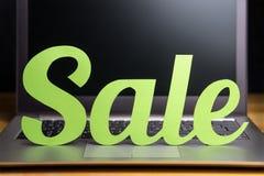 Σε απευθείας σύνδεση αγγελία πώλησης καταστημάτων Έμβλημα προώθησης και μάρκετινγκ Στοκ φωτογραφία με δικαίωμα ελεύθερης χρήσης