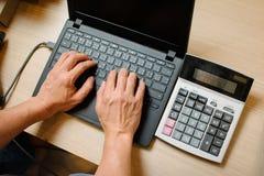 Σε απευθείας σύνδεση αγορές Διαδικτύου, νέος σε απευθείας σύνδεση πωλητής ίδρυσης επιχείρησης Στοκ εικόνα με δικαίωμα ελεύθερης χρήσης