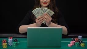 Σε απευθείας σύνδεση δολάρια εκμετάλλευσης φορέων χαρτοπαικτικών λεσχών στα χέρια και το χαμόγελο, κερδίζοντας βραβείο γυναικών φιλμ μικρού μήκους