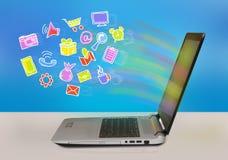 Σε απευθείας σύνδεση εικονίδια έννοιας αγορών που επιπλέουν από την οθόνη lap-top Στοκ φωτογραφία με δικαίωμα ελεύθερης χρήσης