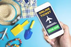 Σε απευθείας σύνδεση εισιτήριο σε κινητό με το παιχνίδι μόδας θερινού ταξιδιού Στοκ Φωτογραφίες
