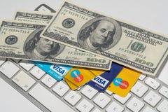 Σε απευθείας σύνδεση εμπόριο, ηλεκτρονικό εμπόριο, πίστωση και χρεωστικές κάρτες με τα δολάρια και ένα πληκτρολόγιο Στοκ Εικόνα