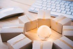 Σε απευθείας σύνδεση επιχειρηματικό πεδίο μεταφορών αγορών Διαδικτύου παγκόσμιο, cardbo Στοκ φωτογραφία με δικαίωμα ελεύθερης χρήσης