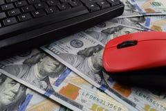 Σε απευθείας σύνδεση εργασία ανεξάρτητη, στο ποντίκι πληκτρολογίων υπολογιστών γραφείου από τον υπολογιστή Στοκ φωτογραφίες με δικαίωμα ελεύθερης χρήσης