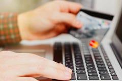 Σε απευθείας σύνδεση πληρωμή μέσω της έννοιας πιστωτικών καρτών Στοκ Εικόνες