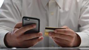 Σε απευθείας σύνδεση τραπεζικές εργασίες ατόμων που χρησιμοποιούν το smartphone που ψωνίζει on-line με την πιστωτική κάρτα απόθεμα βίντεο