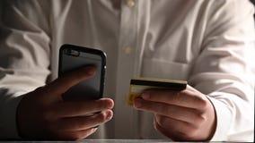 Σε απευθείας σύνδεση τραπεζικές εργασίες ατόμων που χρησιμοποιούν το smartphone που ψωνίζει on-line με την πιστωτική κάρτα φιλμ μικρού μήκους