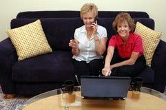 σε απευθείας σύνδεση ψωνίζοντας γυναίκες Στοκ Εικόνα