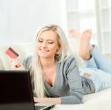 Σε απευθείας σύνδεση έννοια αγορών Όμορφο ξανθό κορίτσι με μια πιστωτική κάρτα Στοκ Εικόνα