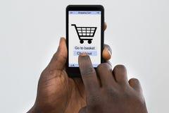 Σε απευθείας σύνδεση αγορές προσώπων στο κινητό τηλέφωνο Στοκ φωτογραφία με δικαίωμα ελεύθερης χρήσης